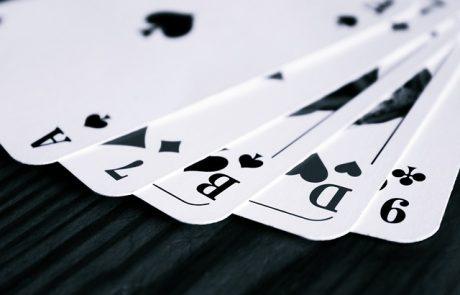 לשים את הקלפים על השולחן